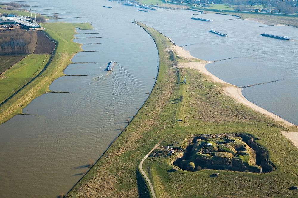 Nederland, Gelderland, Doornenburg (Gemeente Lingewaard), 11-02-2008; het voormalig Fort Pannerden strategisch gelegen op de Pannerdensche Kop, op dit punt splitst de Rijn: links het Pannerdensch Kanaal, rechts de Waal; de landtong heet Klompenwaard.the former Fort Pannerden strategically located on the Pannerden Head, Scheeren, at this point the Rhine diverges: left the Pannerdensch Channel, right the Waal; sperfort, kazemat, leger, verdediging, defensie, barring fort, shelter, military, defense, defense.luchtfoto (toeslag); aerial photo (additional fee required); .foto Siebe Swart / photo Siebe Swart