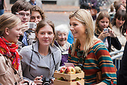 Prinses Máxima krijgt in Utrecht van Hanneke Lam (links) en Gerdineke Koelewijn uit Opheusden een mandje met fruit uit de Betuwe aangeboden. Maxima opende vandaag in Utrecht het Europese hoofdkantoor van TERI (The Energy and Resources Institute).<br /> <br /> Prinses Maxima has received a basket with fruit from spectators.