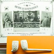 In het Amsterdam Pipe Museum (voorheen Pijpenkabinet) aan de Prinsengracht te Amsterdam, wordt van 3 april tot en met 15 juni 2013 de tentoonstelling '200 jaar Koninkrijk, Oranje en de pijpenmakerij' gehouden. Het belicht de relatie van de Oranjes met de vaderlandse pijpenmakerij. Portretten op pijpen, souvenirs en uniek fotomateriaal wordt getoond ter gelegenheid van de abdicatie van koningin Beatrix.  Op de foto: Afbeeldingen van Koninginnen Emma en Wilhelmina en een pijpenkop met de afbeelding van Wilhelmina.