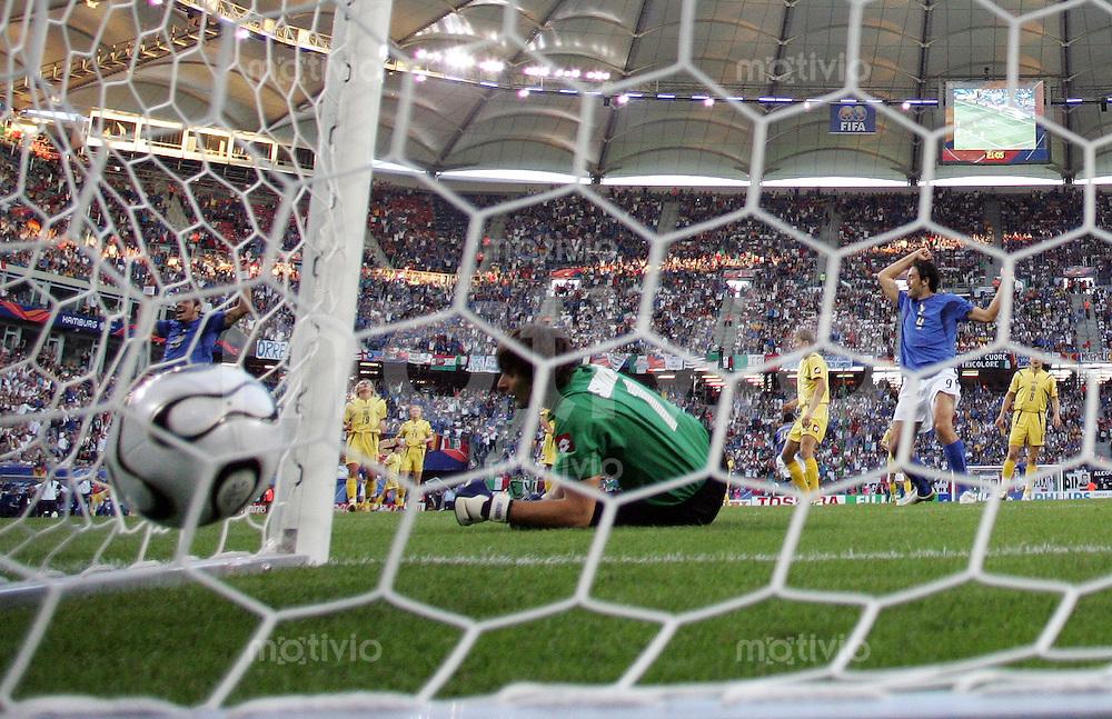 Fussball WM 2006  Viertelfinale Italien - Ukraine  Gianluca Zambrotta (ITA nicht zu sehen) erzielt das Tor zum 1:0 gegen Oleksandr Shovkovskyi (UKR); Luca Toni (ITA vorne) jubelt
