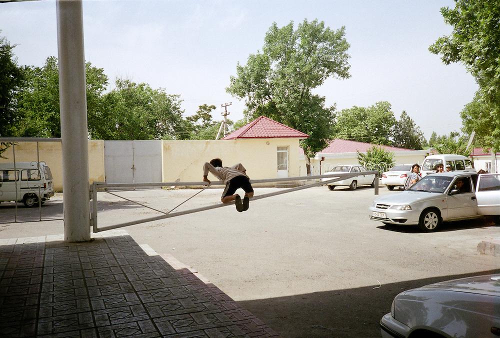 Das &ouml;ffentliche Leben in Usbekistan ist eine Balance aus Angst und Arrangement mit dem System. Der &Uuml;berwachungsapparat ist l&uuml;ckenlos und er ersch&ouml;pft sich nicht latenten Polizeikontrollen durch die Miliz.  Die Kontrolle der B&uuml;rger manifestiert sich im Modus einer Architektur der Disziplinierung, wie sie der franz&ouml;sische Philosoph Michel Foucault in seinem Buch &quot;&Uuml;berwachen und Strafen&quot; formuliert hat: <br /> <br /> &quot; (...) die Schaffung eines bewu&szlig;ten und permanenten Sichtbarkeitszustandes beim Gefangenen, der das automatische Funktionieren der Macht sicherstellt. Die Wirkung der &Uuml;berwachung ist permanent, auch wenn ihre Durchf&uuml;hrung sporadisch ist; die Perfektion der Macht vermag ihre tats&auml;chliche Aus&uuml;bung &uuml;berfl&uuml;ssig zu machen; der architektonische Apparat ist eine Maschine, die ein Machtverh&auml;ltnis schaffen und aufrechterhalten kann, welches vom Machtaus&uuml;benden unabh&auml;ngig ist; die H&auml;ftlinge sind Gefangene einer Machtsituation, die sie selber st&uuml;tzen.&quot; // Michel Foucault. &Uuml;berwachen und Strafen. Frankfurt. 1994. S. 254. <br /> <br /> Nicht nur in der Hauptstadt Taschkent wird das Gef&uuml;ge einer zur Norm gewordenen Kontrolle durch die architektonische Organisation der sozialen Welt offensichtlich. Verwaiste Pl&auml;tze, leergefegte Stra&szlig;en und menschenleere Parks  sind das Resultat einer ubiquit&auml;ren Machtinstanz, die in Usbekistan sehr weit in das allt&auml;gliche Leben der Menschen hineinreicht. <br /> <br /> &quot;Diese Anlage ist deswegen so bedeutend, weil sie die Macht automatisiert und entindividualisiert. Das Prinzip der Macht liegt weniger in einer Person als vielmehr in einer konzertierten Anordnung von K&ouml;rpern, Oberfl&auml;chen, Lichtern und Blicken; in einer Apparatur, deren innere Mechanismen das Verh&auml;ltnis herstellen, in welchem die Individuen gefangen sind.&quot; / ebd. <br /> <br /> Fernab der prachtvollen Mos