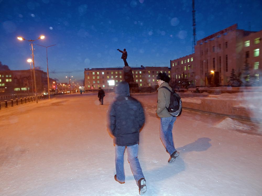 Junge Leute auf dem Lenin Platz im Zentrum von Jakutsk - im Hintergrund die Lenin Statue. Jakutsk hat 236.000 Einwohner (2005) und ist Hauptstadt der Teilrepublik Sacha (auch Jakutien genannt) im Foederationskreis Russisch-Fernost und liegt am Fluss Lena. Jakutsk ist im Winter eine der kaeltesten Grossstaedte weltweit mit durchschnittlichen Winter Temperaturen von -40.9 Grad Celsius. Die Stadt ist nicht weit entfernt von Oimjakon, dem Kaeltepol der bewohnten Gebiete der Erde.Die Stadt ist nicht weit entfernt von Oimjakon, dem Kaeltepol der bewohnten Gebiete der Erde.<br /> <br /> Young people at Lenin square in Yakutsk -in the back the Lenin sculpture . Yakutsk is a city in the Russian Far East, located about 4 degrees (450 km) below the Arctic Circle. It is the capital of the Sakha (Yakutia) Republic (formerly the Yakut Autonomous Soviet Socialist Republic), Russia and a major port on the Lena River. Yakutsk is one of the coldest cities on earth, with winter temperatures averaging -40.9 degrees Celsius.