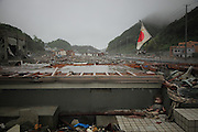 Onagawa - Poupée - Juin 2011<br /> Les zones commerciales du front de mer et les zones d'habitations qui sétendent jusqu'en fond de vallée ont été les plus meurtris. Trop souvent la population n'a pas eu le temps de réagir et le nombre de victimes est considérable : 923 des dix milles habitants dOnagawa sont morts ou disparus.