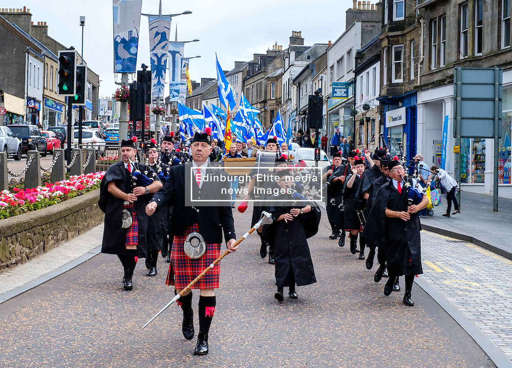 Lanark, Scotland, UK 20th August 2016   A march and ceremony to commemorate the death of Scottish Hero William Wallace (23rd August 1302) held on Saturday 20th August 2016.  Wallace has strong connections with the town of Lanark.  Stonehouse Pipe Band lead the parade in Lanark High Street.<br /> <br /> (c) Andrew Wilson   Edinburgh Elite media
