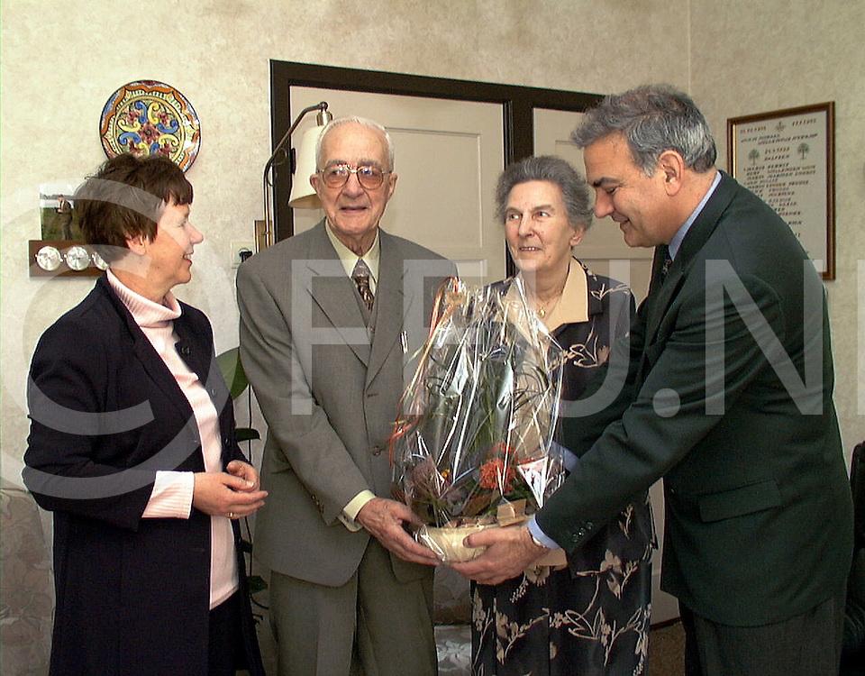 Fotografie Uijlenbroek©1999/Frank Uijlenbroek.990426 dalfsen ned.60 jaar huwelijk echtpaar moraal.echtpaar Elfers kwam bloemen aanbieden