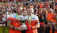 AMSTELVEEN - Mink van der Weerden (Ned) met Bob de Voogd (Ned) met de beker na de finale (heren) Belgie-Nederland (2-4) bij de Rabo EuroHockey Championships 2017. COPYRIGHT KOEN SUYK