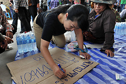 61029762<br /> A Thai farmer writes slogans during a rally at the compound of Thailand s Commerce Ministry in Nonthaburi province, on the outskirts of Bangkok, Thailand, Feb. 7, 2014. Thai rice farmers who have gathered in protest of a delay in payments for their latest crop under the government s rice-pledging program on Friday drew a deadline for the government to pay before Feb. 15. 2014, Date Taken Friday, 7th February 2014. Picture by  imago / i-Images<br /> UK ONLY
