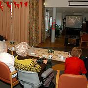 Bewoners bejaardentehuis Vooranker Huizen krijgen oranjegebak en kijken tv ivm huwelijk Willem - Alexander en Maxima