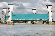 Nederland, Krimpen aan den IJssel, 16-6-2008Waterkering in de Hollandsche IJssel, onderdeel van de deltawerken om Nederland te beschermen tegen extreme storm en hoogwater. Stormvloedkering.Foto: Flip Franssen/Hollandse Hoogte