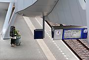 Nederland, Arnhem, 13-6-2012Het vernieuwde centraal station van de NS. Arnhem wordt in de toekomst een knooppunt voor het treinverkeer. Een reiziger staat op het perron te wachten op de ice naar Frankfurt.Foto: Flip Franssen/Hollandse Hoogte