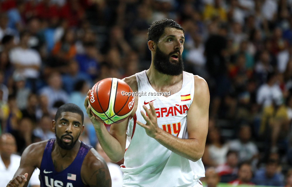 Rio 2016, Basketball Herren Halbfinale, USA - Spanien 19.08.2016. Rio de Janeiro, Brazil. Mens Basketball semi-final at the 2016 Rio Olympic Games. USA versus Spain.  Nikola Mirotic (ESP) looks for an outlet . The USA won the game by a score of 82-76 to make the final.