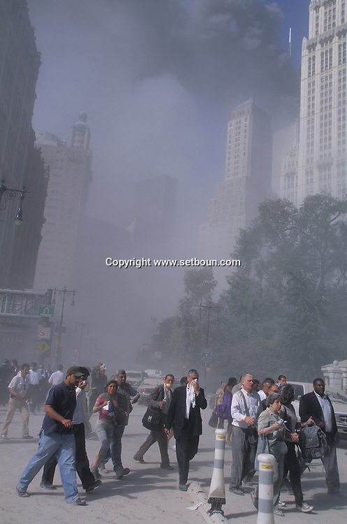 New York. 9/11  terrorist attack on the twin towers of the world trade center towers on fire,  the crowd is leaving the area on the Brooklyn bridge, in Manhattan  New york  Usa  New york  /   la foule fuit le quartier de wall street par le pont de brooklyn, 9 septembre, attaque terroriste sur les tours du world trade center en feu , Manhattan  New york  USA