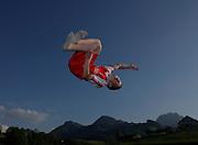 Loisirs: devant la coulisse des préalpes, un garçon effectue un salto en l'air  sur son trampolin, Gruyères, 2010. Junge macht einen Salto auf dem Trampolin vor der Bergkulisse im Greyerz. © Romano P. Riedo