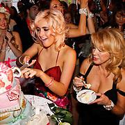 NLD/Amsterdam/20100913 - Verjaardagsfeestje Modemeisjes met een missie, Christina Curry snijdt de verjaardagskaart aan