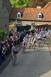 17-04-2011 WIELRENNEN: AMSTEL GOLD RACE: VALKENBURG<br /> Het peloton beklimt de Maasberg in Elsloo<br /> ©2011-WWW.FOTOHOOGENDOORN.NL / Peter Schalk