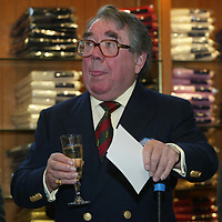 Ronnie Corbett, who officially opened the Golf St Andrews shop, a joint venture between the House of Bruar and the R&A<br />
