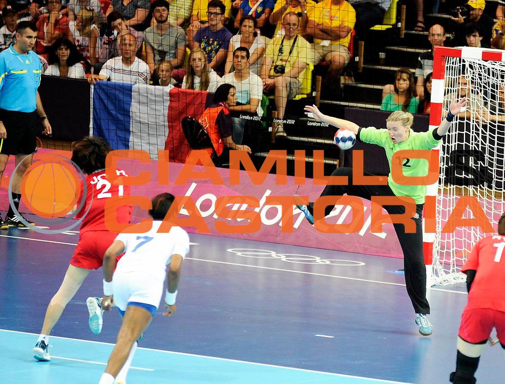 DESCRIZIONE : France Handball Jeux Olympiques Londres GIOCATORE : Leynaud Amandine FRA JO Hyobi KOR SQUADRA : France Femme DATA : 2012-08-11CATEGORIA : SPORT : HandBall AUTORE : AGENZIA CIAMILLO & CASTORIA/G.Ciamillo