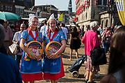 Meisjes in klederdracht op de traditionele kaasmarkt in Gouda