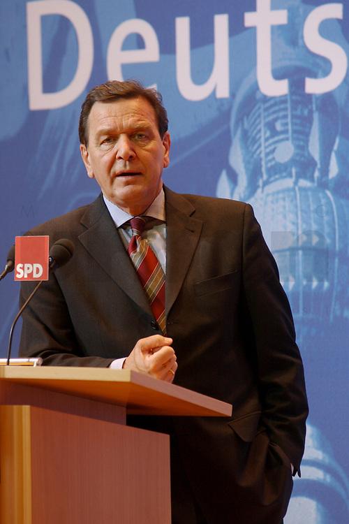 02 DEC 2002, BERLIN/GERMANY:<br /> Gerhard Schroeder, SPD, Bundeskanzler, Pressekonferenz zur vorangegangenen Sitzung des SPD Praesidiums vor dem Schriftzug &quot;Deutschland&quot;, Willy-Brandt-Haus<br /> IMAGE: 20021202-02-009<br /> KEYWORDS: Gerhard Schr&ouml;der, Faust