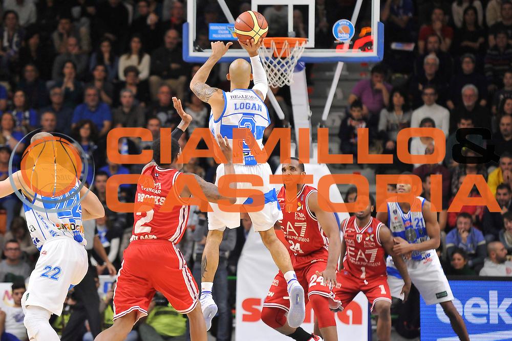 DESCRIZIONE : Campionato 2014/15 Dinamo Banco di Sardegna Sassari - Olimpia EA7 Emporio Armani Milano<br /> GIOCATORE : David Logan<br /> CATEGORIA : Tiro Tre Punti Three Point Controcampo<br /> SQUADRA : Dinamo Banco di Sardegna Sassari<br /> EVENTO : LegaBasket Serie A Beko 2014/2015<br /> GARA : Dinamo Banco di Sardegna Sassari - Olimpia EA7 Emporio Armani Milano<br /> DATA : 07/12/2014<br /> SPORT : Pallacanestro <br /> AUTORE : Agenzia Ciamillo-Castoria / Claudio Atzori<br /> Galleria : LegaBasket Serie A Beko 2014/2015<br /> Fotonotizia : Campionato 2014/15 Dinamo Banco di Sardegna Sassari - Olimpia EA7 Emporio Armani Milano<br /> Predefinita :