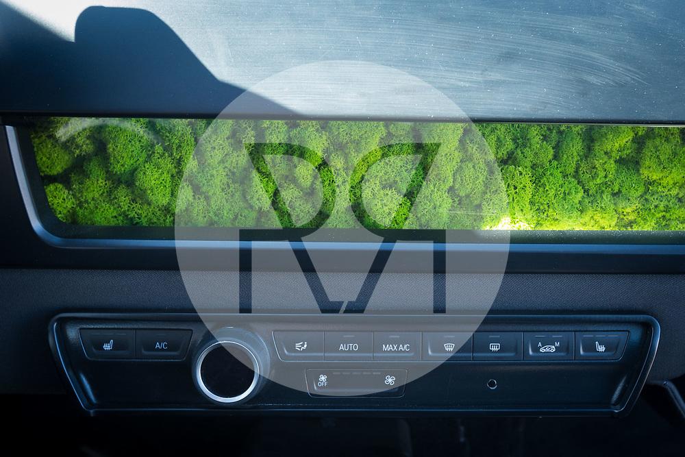 SCHWEIZ - BASEL - Das Elektroauto Sion von Sono Motors, hat Solarzellen in der Karosserie und tankt Sonnenenergie, hier bei der Probefahrt mit einem Prototyp. Mit Hilfe von isländischem Moos, wird Feinstaub aus der Innenluft herausgefiltert - 13. April 2018 © Raphael Hünerfauth - http://huenerfauth.ch