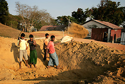 BANGLADESH SYLHET CHHATTAK 24FEB05 - Labourers dig a hole near the blowout site at Chhattak Gas Field, owned by Niko Resources, close to border with India/Meghalay...jre/Photo by Jiri Rezac ..© Jiri Rezac 2005..Contact: +44 (0) 7050 110 417.Mobile:  +44 (0) 7801 337 683.Office:  +44 (0) 20 8968 9635..Email:   jiri@jirirezac.com.Web:    www.jirirezac.com..© All images Jiri Rezac 2005- All rights reserved.