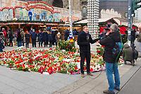 DEU, Deutschland, Germany, Berlin, 22.12.2016: Blumen und Kerzen an einer Gedenkstelle auf dem heute wiedereröffneten Weihnachtsmarkt am Breitscheidplatz. Bei einem Anschlag am 19.12. ist ein LKW auf den Weihnachtsmarkt an der Gedächtniskirche gefahren, dabei wurden mindestens zwölf Menschen getötet.