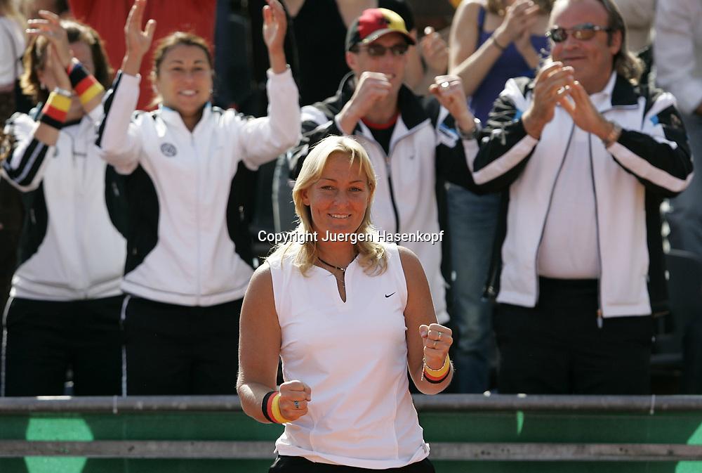 Fed Cup Germany - Croatia , ITF Damen Tennis Turnier in Fuerth, Wettbewerb der Mannschaft von Deutschland gegen Kroatien, Kapitaen Barbara Rittner (GER) jubelt, Emotion,<br /> Foto: Juergen Hasenkopf<br /> B a n k v e r b.  S S P K  M u e n ch e n, <br /> BLZ. 70150000, Kto. 10-210359,<br /> +++ Veroeffentlichung nur gegen Honorar nach MFM,<br /> Namensnennung und Belegexemplar. Inhaltsveraendernde Manipulation des Fotos nur nach ausdruecklicher Genehmigung durch den Fotografen.<br /> Persoenlichkeitsrechte oder Model Release Vertraege der abgebildeten Personen sind nicht vorhanden.