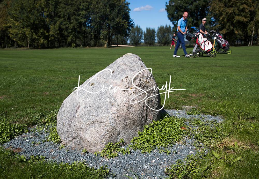 ELST - 150 meter markering, kei / steen op 150meter. Golfbaan Landgoed Welderen. COPYRIGHT  KOEN SUYK