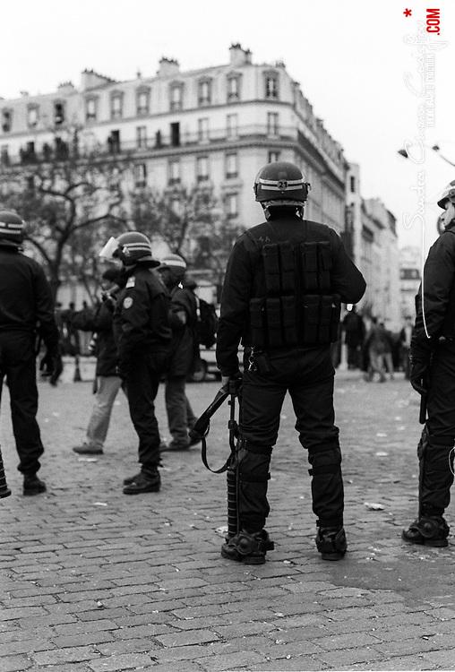 Policiers et gendarmes des Compagnies R&eacute;publicaines de S&eacute;curit&eacute; (CRS) et Escadrons de Gendarmerie Mobile (EGM) les 23 mars, 4 avril et 11 avril 2006 en maintien de l'ordre lors des manifestations contre le Contrat Premi&egrave;re Embauche (CPE) &agrave; Paris.<br /> Photos noir &amp; blanc r&eacute;alis&eacute;es en Tmax400 puis num&eacute;ris&eacute;es<br /> Mars 2006 / Paris (75) / FRANCE<br /> Voir le reportage complet (73 photos)<br /> http://sandrachenugodefroy.photoshelter.com/gallery/2006-03-MO-manifestations-anti-CPE-Complet/G0000vFMRXkKoQ2I/C0000yuz5WpdBLSQ
