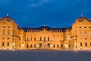 Fürstbischöfliche Residenz Würzburg, Westfassade, Ehrenhof bei Dämmerung, UNESCO-Welterbestätte, Franken, Bayern, Deutschland.. | ..Residenz Würzburg, palace at dusk, Bavaria, Germany