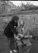 Murphy's Cork Folk Festival..1986..19.08.1986..08.19.1986..19th August 1986..A veritable five day feast of folk music will take place in Cork from Sept.,11th to 15th,when lindisfarne, Fairport Convention and Billy bragg head the bill in the Murphy sponsored Cork Folk Festival..In all there will be 77 acts taking part, these include Mary Black,Declan Sinnott,Andy Irvine,Paddy Keenan,Muzsikas (a Hungarian Folk group), The Stargazers,Hotfoot and the Tulla Ceili Band...Pictured giving a mandolin lesson to Mr Vince Giltenan, Public Relations Manager, Murphy's Brewery,Ireland Ltd., is Mr Andy Irvine one of the headline acts at the Cork Folk Festival..