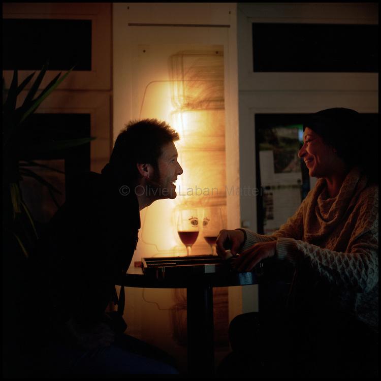 Le 22 octobre 2011, frontière Allemagne / Belgique, près d'Aix La Chapelle, RN 68. Des clients discutent autour d'un verre à l'intérieur de l'ancien poste frontière allemand de Köpfchen transformé en bar et salle culturelle.