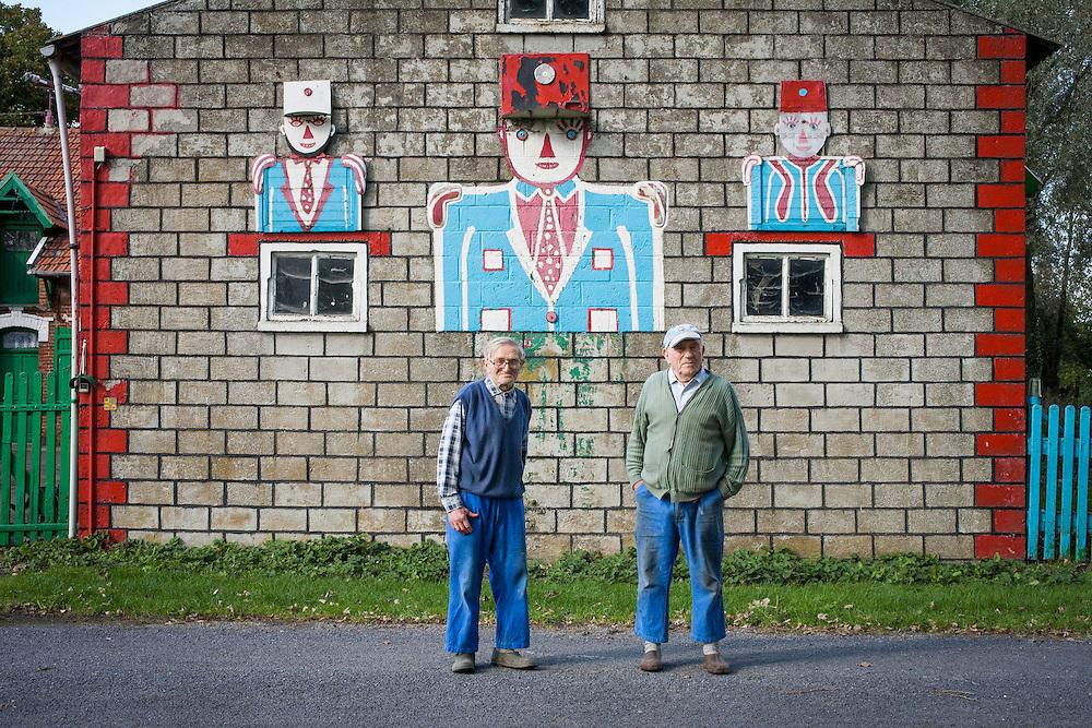 la FERME aux AVIONS d'ARTHUR (a droite) et CÉSAR (a gauche)  VANABELLE. STEENWERK (59) . un lieu d'art brut le long de l'autoroute A25 entre Lille et Calais. Base de la Menegatte.
