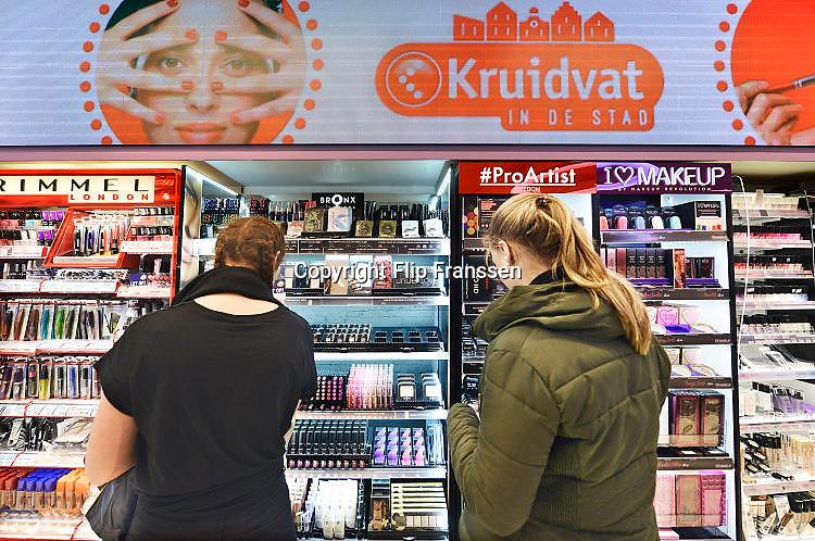 Nederland, Nijmegen, 3-5-2017Klanten in een winkel van het Kruitvat in de stad. De jonge vrouwen staan bij de cosmetica.Foto: Flip Franssen