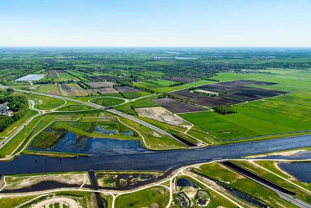 Nederland, Friesland, Centrale As, 07-05-2018; provinciale weg 356 (N356), Sintrale As of de Centrale As, tussen Nijega en Dokkum.<br /> Lokatie ter hoogte van Burgum, kruising met Prinses Margrietkanaal, Hendrik Bulthuisaquaduct.<br /> New local motorway Friesland, aqueduct.<br /> luchtfoto (toeslag op standaard tarieven);<br /> aerial photo (additional fee required);<br /> copyright foto/photo Siebe Swart