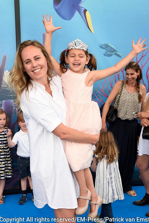 Premiere Disney Animatiefilm Finding Dory in Theater Amsterdam.<br /> <br /> Op de foto:   Regina Romeijn met haar dochter