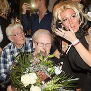 NLD/Gilze/20131130 - Roy Donders presenteert huispakkenlijn, Rian Donders en oma