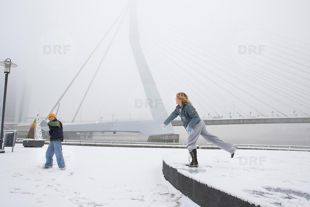 Nederland Rotterdam 21 december 2007 ..Kinderen spelen in de sneeuw op het Noordereiland  op de achtergrond de Erasmusbrug ..Foto David Rozing