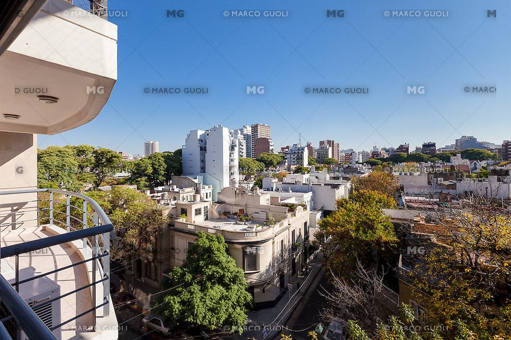 INTERIORES DE UN DEPARTAMENTO AMUEBLADO DE TRES AMBIENTES EN EL BARRIO DE CABALLITO, BUENOS AIRES, ARGENTINA (PHOTO © MARCO GUOLI - ALL RIGHTS RESERVED)