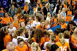 15-10-2010 VOLLEYBAL: DELA TROPHY NEDERLAND - CUBA: EINDHOVEN<br /> In een volgepakt Indoor Sportcentrum wint Nederland de derde wedstrijd tegen Cuba met 3-2 / Myrthe Schoot met veel fans om haar heen<br /> &copy;2010-WWW.FOTOHOOGENDOORN.NL