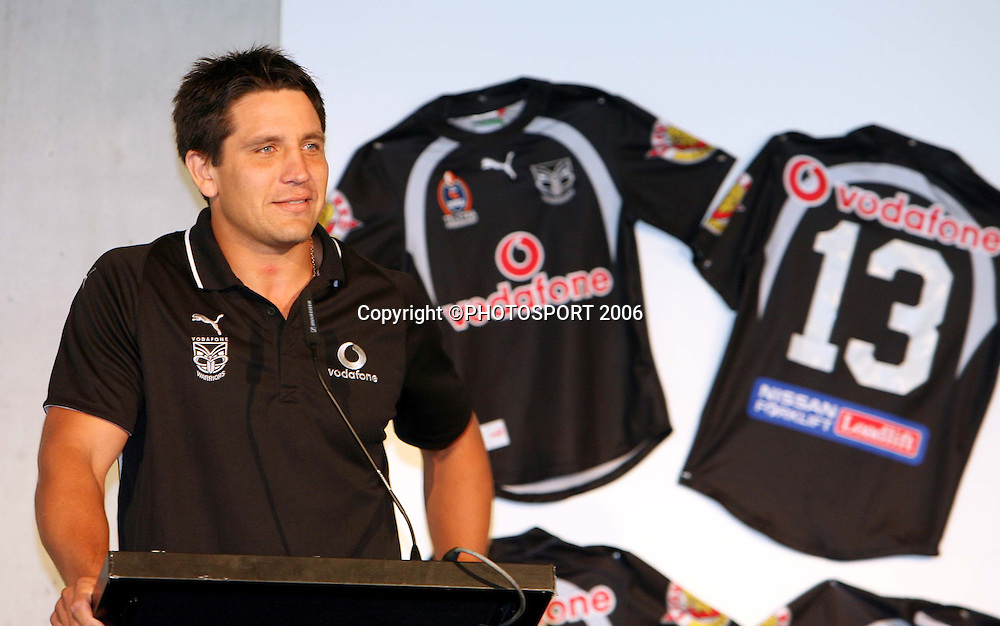 Warriors captain Steve Price speaks during the Vodafone Warriors Captains lunch held at Ericsson Stadium, Auckland, on Tuesday 7 March, 2006. Photo: Renee McKay/PHOTOSPORT<br />