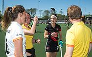 AMSTELVEEN  - Hockey -  2e wedstrijd halve finale Play Offs dames.  Amsterdam-Oranje Rood (2-1) . Eva de Goede met oa scheidsrechter Karen Dolle,    COPYRIGHT KOEN SUYK