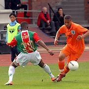 NLD/Amsterdam/20070526 - Suriprofs - Jong Oranje 2007, Frank van der Struijk in duel met Andwele Slory