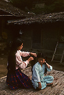 In the morning, a young boy has his hair done by his sister.  Le matin la grande soeur coiffe son plus jeune frère. //////R28/16    L2633  /  R00028  /  P0003010//////Chonhakdong village confucianiste traditionel. //////Chonhakdong traditional confucianist village .
