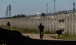 24.06.2016, Dschungelcamp, Calais, FRA, der Dschungel von Calais, im Bild Migranten beim verlassen des Camps. Das Camp ist eine provisorische Zeltstadt nahe der französischen Stadt Calais. Mehrere tausend Menschen kampieren dort in Zeltunterkünften und warten auf eine Möglichkeit zur illegalen Weiterreise durch den Eurotunnel nach Großbritannien. Migrants when leaving the camp. The Calais Jungle is the nickname given to a migrant encampment, where migrants live while they attempt illegally to enter the United Kingdom at the Jungle Camp of Calais, France on 2016, 06, 24. EXPA Pictures © 2016, PhotoCredit: EXPA, JFK