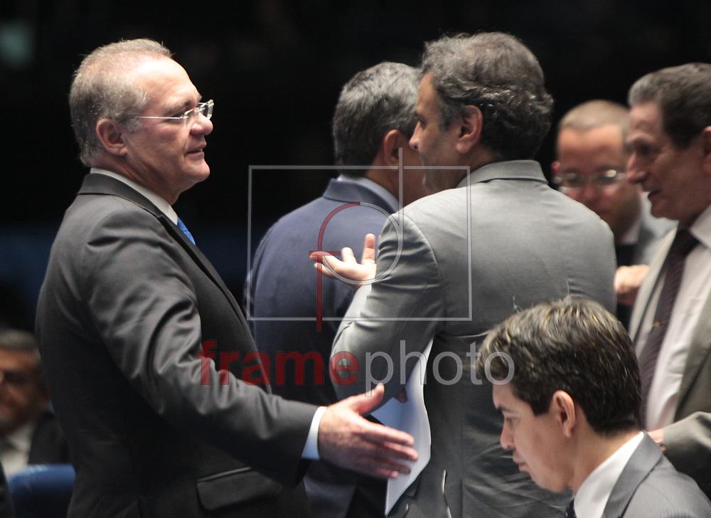 Brasilia, 01/04/2014. Presidente do Senado Federal Senador Renan Calheiros,conversa com senadores antes da leitura da instalacao da CPI da Petrobras, no plenario do senado.Foto: Joel Rodrigues/FRAME