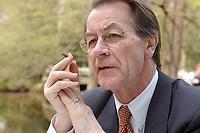 24 APR 2003, BERLIN/GERMANY:<br /> Franz Muentefering, SPD Fraktionsvorsitzender, waehrend einem Interview, Cafe am neuen See im Tiergarten<br /> IMAGE: 20030424-01-024<br /> KEYWORDS: Franz Müntefering, Cigarillo, Zigarillo, Rauchen, raucht