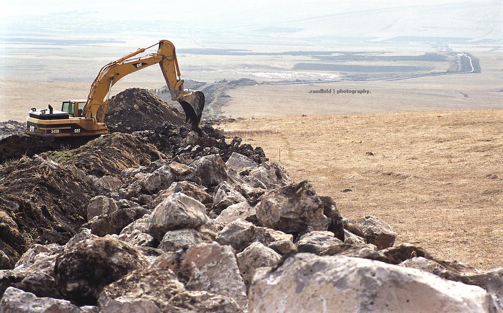 Ein Bagger frisst sich nahe der suedgeorgischen Stadt Tsalka durch die Landschaft. Er bereitet den Boden vor, in den die neue BTC Oelpipeline verlegt werden soll...Contruction site of BTC pipeline in Tsalka, Georgia.