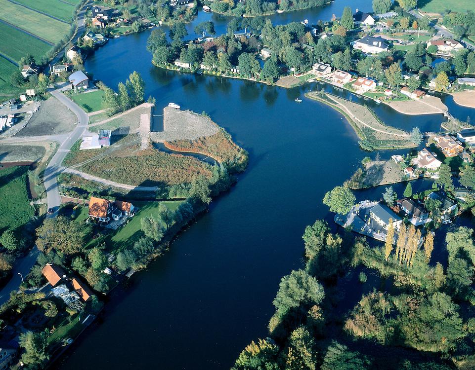 Nederland, Zuid-Holland, Giessen, 17-10-2003; Betuweroute kruist het riviertje de Giessen door middel van de gelijknamige tunnel; links van de rivier (midden, in de bocht) bedieningsgebouwtje van de tunnel, op deze lokatie bevond zich camping Kale Hoeve, de camping is gesloten en het gebied is na de aanleg van de tunnel opnieuw ingericht (landschaparchitectuur); rechts van de rivier is de camping wel gehandhaaft; recreatie, watersport, tweede huis; goederen vervoer, infrastuctuur, verkeer; landschap; Betuwelijn (zie ook andere en eerdere (lucht) foto's van deze lokatie;  onderdeel van een project over infrastructuur).Foto Siebe Swart